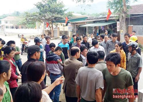 Người dân địa phương xôn xao trước việc Phó Chủ tịch xã Chiêu Lưu bị hành hung ngay trước trụ sở - Ảnh: Báo Nghệ An