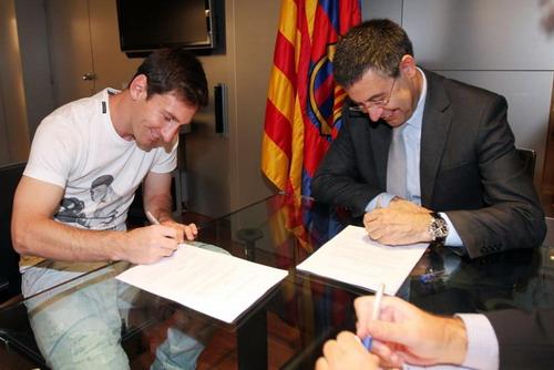 Messi và chủ tịch Barthomeu khi gia hạn hợp đồng năm 2014