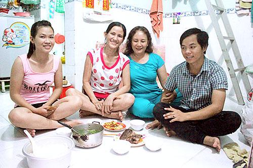 Bà Tâm (áo xanh) trò chuyện với công nhân tại xóm trọ