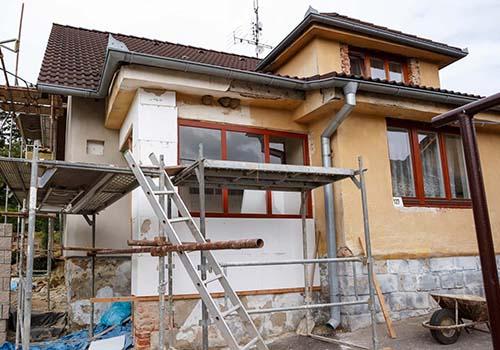 Một ngôi nhà đang được sửa chữa tại quận 7 Ảnh: Nguyễn Nam