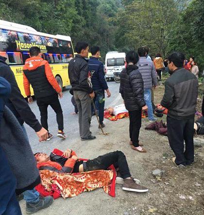 Những người bị thương được đưa từ dưới vực lên chờ đưa đi cấp cứu