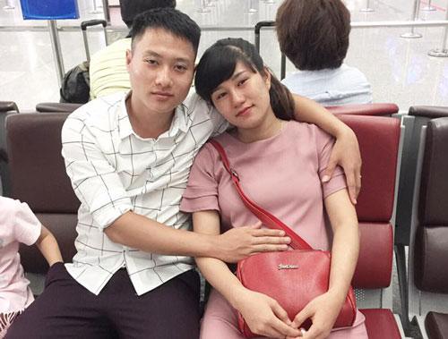 Vợ bầu 7 tháng tiễn chồng đi XKLĐ khiến nhiều người bật khóc - Ảnh 1.