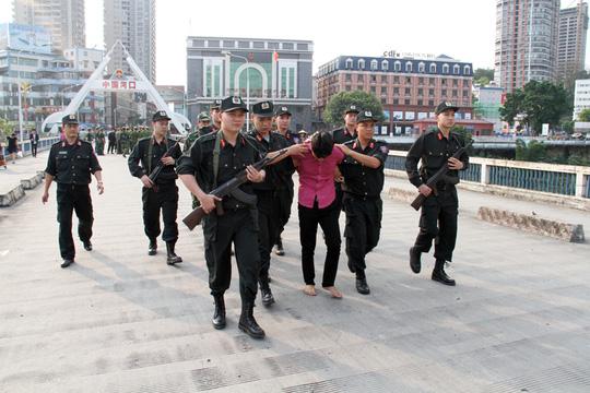 1 trong số 3 đối tượng buôn người được áp giải về Việt Nam
