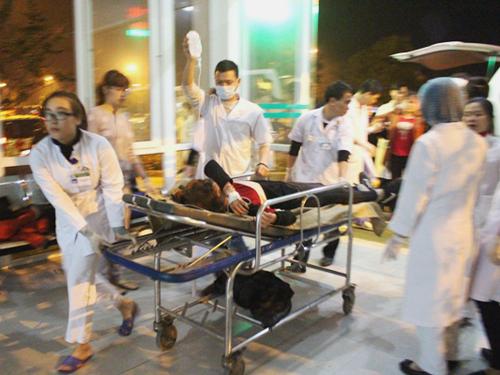 Khẩn trương cấp cứu các nạn nhân của vụ tai nạn nghiêm trọng - Ảnh: Báo Lào Cai