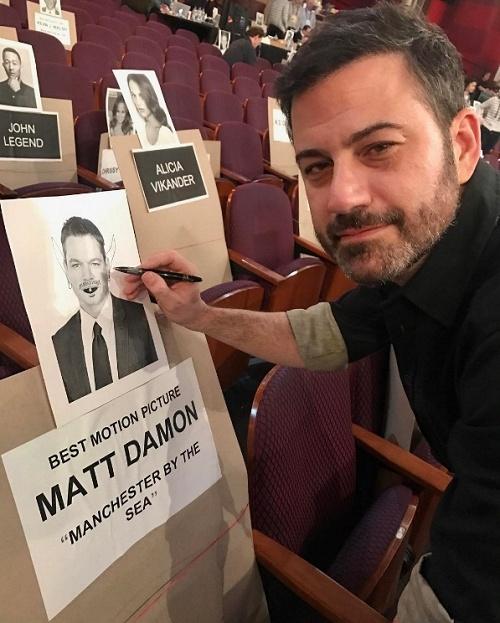 MC Jim Kimmel chế giễu siêu sao Matt Damon bằng cách vẽ râu lên hình của anh