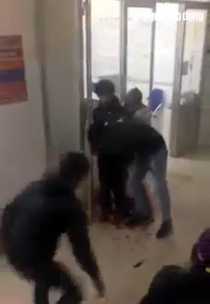 Một người đàn ông bị đâm gục ngay tại phòng cấp cứu - Ảnh 1.