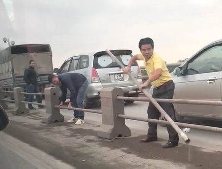 Xử lý nghiêm các tài xế tháo dải phân cách cầu Thanh Trì - Ảnh 1.