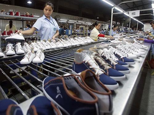 Một xí nghiệp giày ở Hà Nội Ảnh: REUTERS