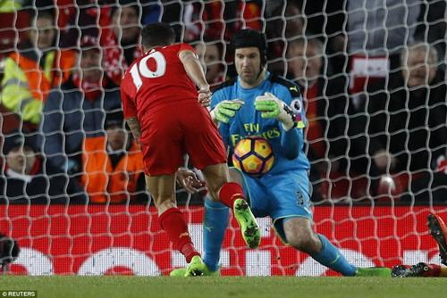 Petr Cech và hàng thủ Arsenal chật vật trước các chân sút Liverpool