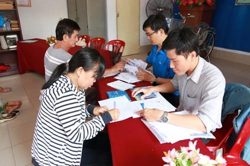 Cán bộ tín dụng Chi nhánh CEP Tân Phú làm thủ tục vay vốn cho bà con nghèo