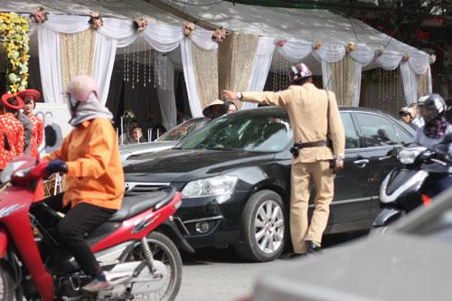 Xe cộ ùn tắc trên đường Tô Hiệu, phường Hồ Nam, quận Lê Chân, TP Hải Phòng do lễ ăn hỏi của hoa hậu