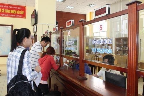 Người dân làm thủ tục nhận kết quả hồ sơ theo dịch vụ công trực tuyến tại Sở Tư pháp TP HCM