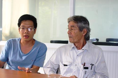 """Chuyên gia Nhật Bản Tadahiro Nezu (phải) trao đổi với một """"sinh viên"""" về dự án hầm đèo Cả"""