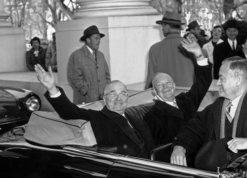 Tổng thống Harry Truman (trái) và người kế nhiệm Dwight Eisenhower rời Nhà Trắng trên chiếc xe mui trần cùng tới lễ nhậm chức ngày 20-1-1953. Ảnh: AP