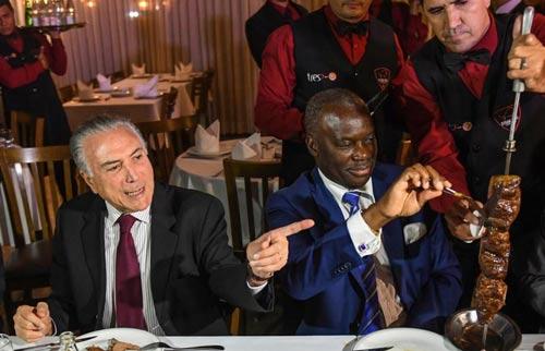 Tổng thống Michel Temer (trái) chiêu đãi đại sứ các nước món Churrascaria trứ danh nhằm giải cứu ngành chế biến thịt Brazil Ảnh: Wfdd
