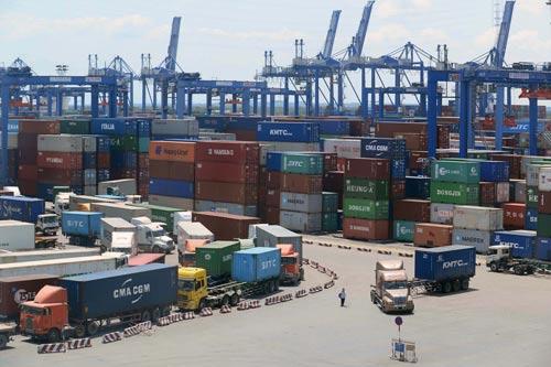 Dịch vụ cảng biển là một thế mạnh của kinh tế TP HCM Ảnh: HOÀNG TRIỀU