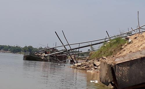 Cát lậu sau khi khai thác trên sông Thạch Hãn được đưa vào một bãi tập kết