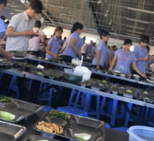 Công nhân Công ty Nam Giang (KCN Song Mây, tỉnh Đồng Nai) trong bữa ăn trưa Ảnh: Thành Đồng