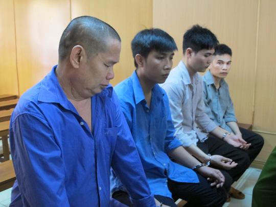 Lưu Kiến Châu (ảnh trái) cùng các đồng phạm tại phiên sơ thẩm