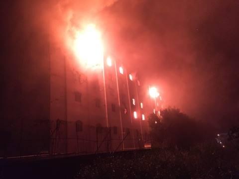 Lửa bốc cháy bao trùm toà nhà