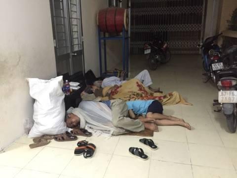 Người dân sống lân cận công ty xảy ra cháy phải di chuyển đồ đạc sang trường tiểu học đối diện ngủ nhờ