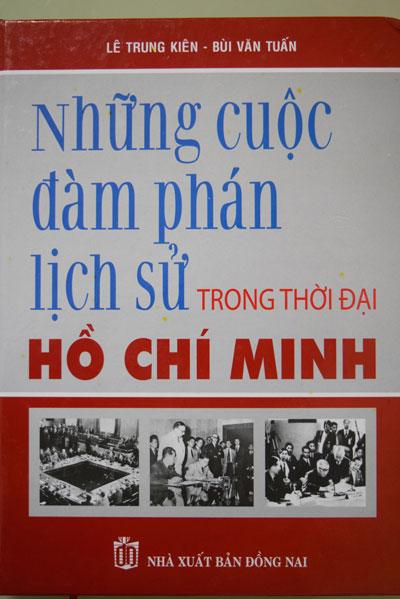 """Bìa của một trong những cuốn sách làm ẩu: """"Những cuộc đàm phán lịch sử trong thời đại Hồ Chí Minh"""""""