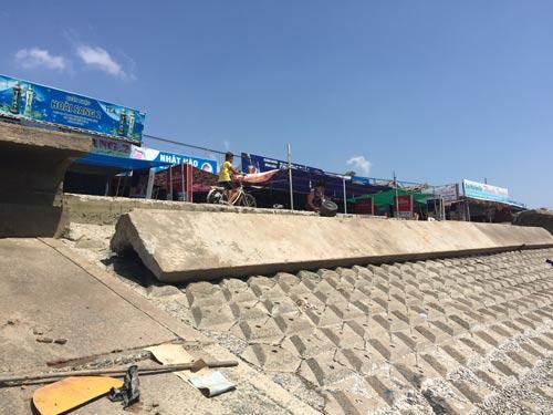 Một đoạn kè tại bờ biển Nhà Mát, TP Bạc Liêu bị sóng đánh vỡ vào rạng sáng 13-2