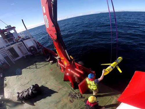 Các thiết bị không người lái được vớt lên sau cuộc tập trận Chiến binh Tự động của Hải quân Anh - Mỹ vào tháng 10-2016 Ảnh: REUTERS