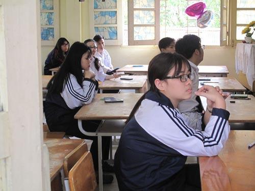 Học sinh lớp 12 tại Hà Nội bắt đầu thi khảo sát chuẩn bị cho kỳ thi THPT quốc gia 2017 Ảnh: Yến Anh