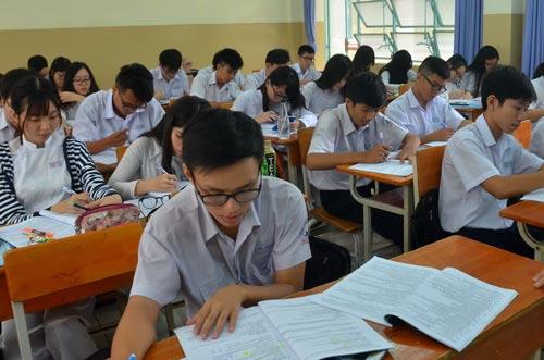 Học sinh ôn tập môn ngữ vănẢnh: Tấn Thạnh