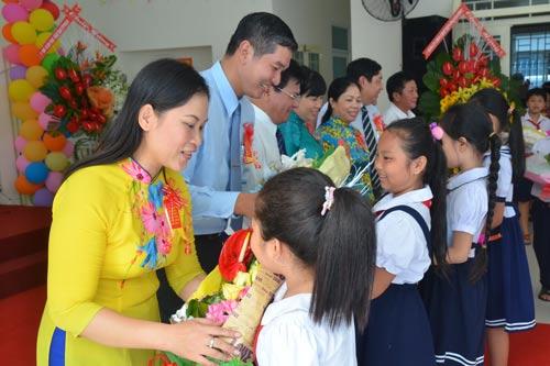 Học sinh Trường Tiểu học Ngọc Hồi, quận Tân Bình, TP HCM tặng hoa cho thầy cô giáo nhân ngày khai giảng Ảnh: Tấn Thạnh