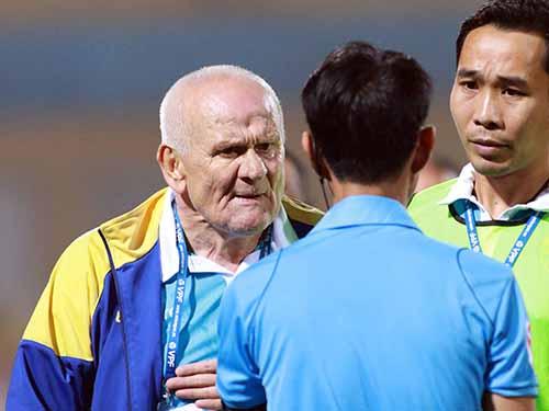 HLV Petrovic nổi nóng dù trọng tài đã đúng khi từ chối bàn thắng của FLC Thanh Hóa Ảnh: HẢI ANH