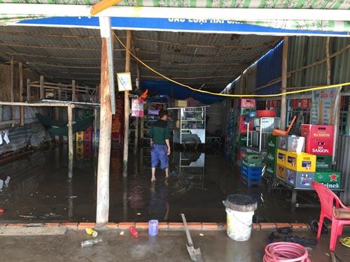 Nhà dân thiệt hại nặng sau đêm sóng biển tàn phá kinh hoàng