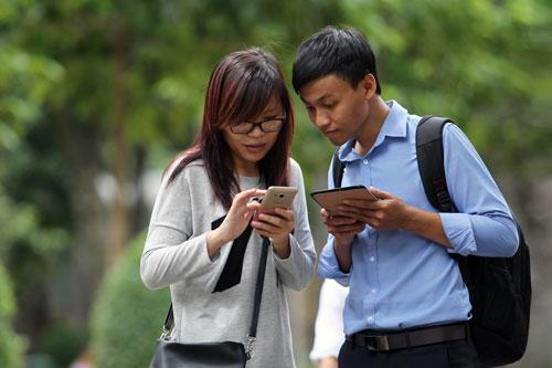 Người sử dụng điện thoại cần lưu ý cập nhật số điện thoại mới trong phần đăng ký tài khoản Facebook, Gmail Ảnh: HOÀNG TRIỀU