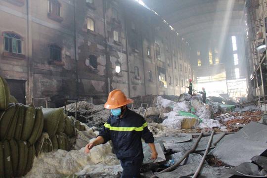 Cảnh hoang tàn bên trong sau khi đám cháy được dập tắt