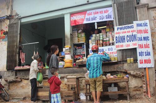 Một số hộ dân trên đường Chu Mạnh Trinh, quận 1, TP HCM kinh doanh lùi vào trong sau khi bậc tam cấp bị phá để trả lại vỉa hè Ảnh: LÊ PHONG