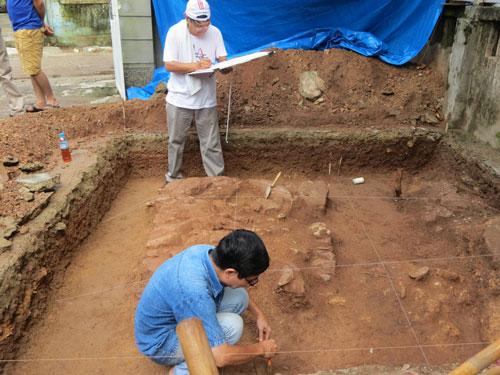 Tại hố thăm dò số 5, đoàn nghiên cứu phát hiện được 243 hiện vật sành, gốm và ngói lợp
