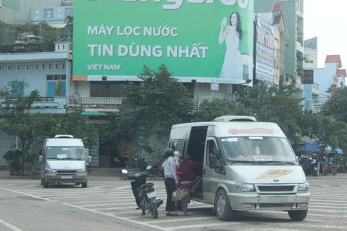 Một xe dừng giữa đường đón khách tại ngã năm Tây Sơn, TP Quy Nhơn, tỉnh Bình ĐịnhẢnh: Đức Anh
