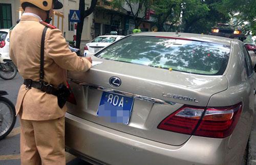 Lực lượng CSGT TP Hà Nội kiểm tra việc chấp hành quy định của một ô tô biển số xanh 80A - Ảnh minh hoạ: Nguyễn Tiến