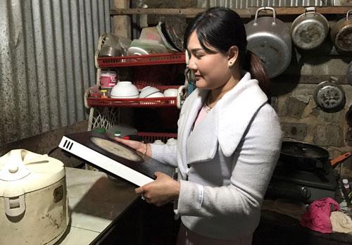 Bà Nguyễn Thị Lệ với chiếc bếp từ quá rẻ nhưng chỉ sử dụng được 2 lần Ảnh: Hoàng Thanh
