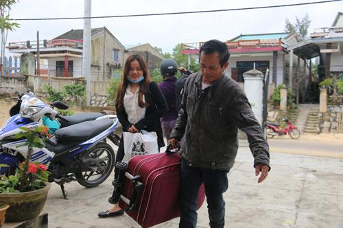 Ông Trương Công Hùng háo hức đón con gái Trương Thị An trở về nhà sau một năm đi làm ăn ở TP HCM Ảnh: TRẦN THƯỜNG