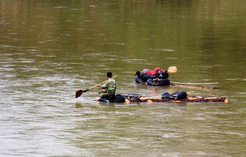 Gỗ lậu được kết thành bè, trôi theo dòng sông Đắk Bla về Kon Tum
