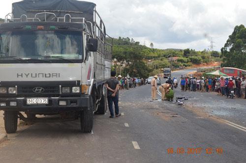Vụ tai nạn giữa xe chở học sinh và xe tải ở huyện Mang Yang, tỉnh Gia Lai trưa 18-3 đã làm 3 người chết, 15 người bị thương. Ảnh: Hoàng Thanh