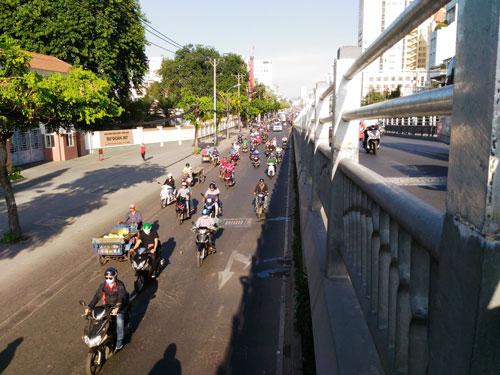 Chiều cao lan can cầu vượt thép qua nút giao thông Lăng Cha Cả (quận Tân Bình, TP HCM) được nâng lên nên nhiều người an tâm hơn khi lưu thông