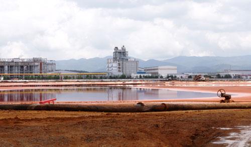 Các hồ bùn đỏ của Nhà máy Bauxite Tân Rai chỉ cách khu dân cư 30 m, đang gây lo lắng cho người dân