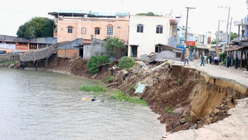 Khu vực sạt lở nhấn chìm 16 căn nhà xuống sông Vàm Nao, huyện Chợ Mới, tỉnh An Giang hôm 22-4 Ảnh: THỐT NỐT