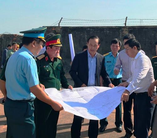 Lãnh đạo Bộ Quốc phòng và Bộ Giao thông Vận tải khảo sát khu vực đất sẽ bàn giao cho sân bay Tân Sơn Nhất Ảnh: Gia Minh
