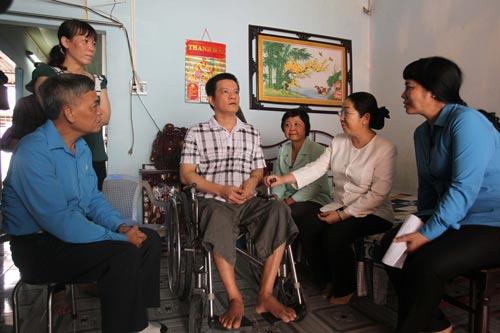 Bà Võ Thị Dung, Phó Bí thư Thành ủy TP HCM và bà Trần Kim Yến, Chủ tịch LĐLĐ TP, thăm hỏi anh Lê Thanh Bình Ảnh: HOÀNG TRIỀU