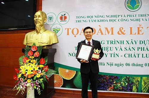 """Đại diện C.P. Việt Nam, TS Kiều Minh Lực nhận danh hiệu sản phẩm """"Heo giống CP"""" là sản phẩm nông nghiệp nổi tiếng Việt Nam 2016"""