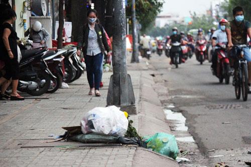 Xả rác trên miệng cống, bít kín cả lối thoát nước (ảnh chụp trên đường Quang Trung, quận Gò Vấp) Ảnh: Quốc Chiến